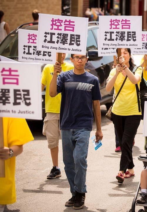 卡斯特罗参加二零一五年芝加哥中国城声援诉江大游行(明慧网)
