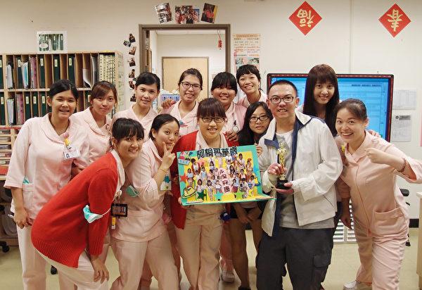 臺灣八仙塵爆意外中,全身燒傷面積60%以上的蛋糕師傅林獻桐(右3),經衛生福利部雙和醫院60天的治療順利出院。8月27日出院前,與護理人員合影。(雙和醫院提供)