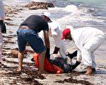 两艘从利比亚开往意大利的难民船沉没,预计大约200人遇难。 图为救援人员在打捞尸体。(MAHMUD TURKIA/AFP/Getty Images)