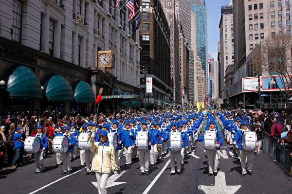 纽约天国乐团十年辉煌历程。纽约天国乐团2006年3月25日,参加美国纽约曼哈顿法轮功解体中共结束迫害大游行。(戴兵/大纪元)