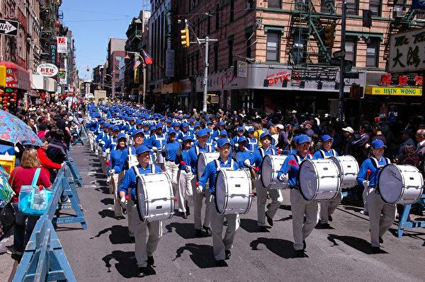 纽约天国乐团十年辉煌历程。纽约天国乐团2006年4月30日,参加美国纽约曼哈顿中国城法轮功纪念4.25解体中共结束迫害大游行。(戴兵/大纪元)