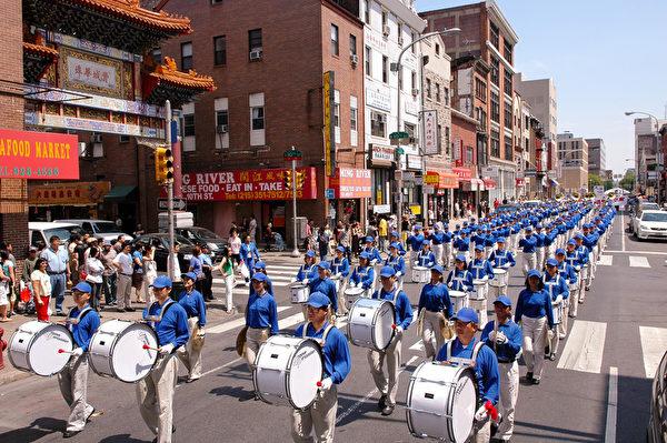 纽约天国乐团十年辉煌历程。纽约天国乐团2006年5月6日,参加美国费城法轮功纪念4.25解体中共结束迫害大游行。(戴兵/大纪元)