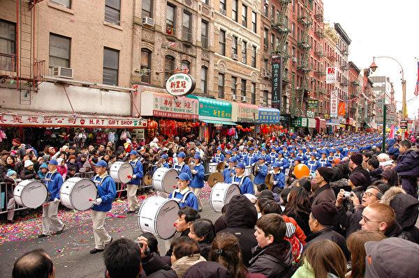 纽约天国乐团十年辉煌历程。纽约天国乐团2007年2月25日,参加美国纽约曼哈顿中国城庆祝中国新年大游行。(戴兵/大纪元)