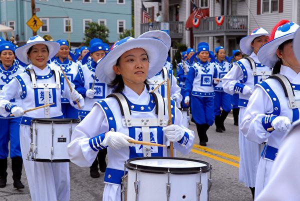 纽约天国乐团十年辉煌历程。纽约天国乐团2007年10月8日,参加美国罗德岛哥伦布日大游行。(戴兵/大纪元)