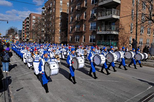纽约天国乐团十年辉煌历程。纽约天国乐团2009年1月31日,参加美国纽约法拉盛庆祝中国新年大游行。(戴兵/大纪元)