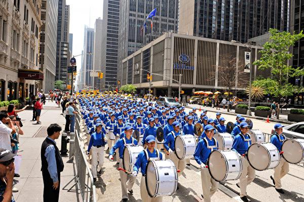 纽约天国乐团十年辉煌历程。纽约天国乐团2009年6月6日,参加美国纽约曼哈顿法轮功解体中共结束迫害大游行。(戴兵/大纪元)