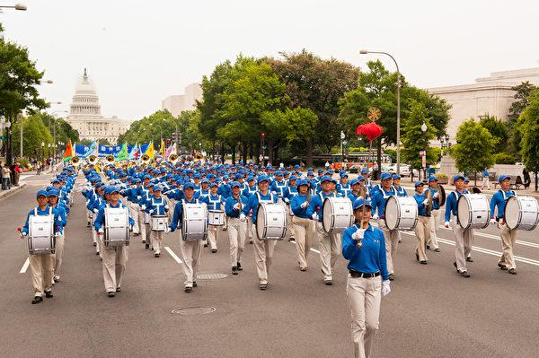 纽约天国乐团十年辉煌历程。纽约天国乐团2009年7月17日,参加美国首都华盛顿DC法轮功纪念7.20解体中共结束迫害大游行。(戴兵/大纪元)