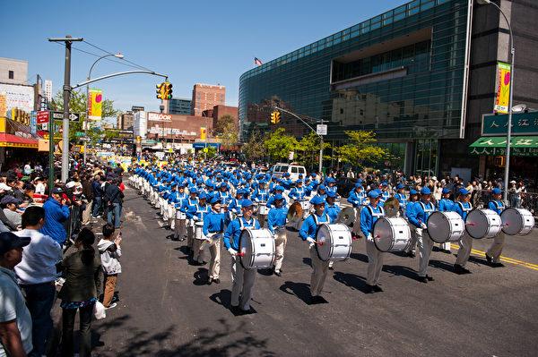 纽约天国乐团十年辉煌历程。纽约天国乐团2010年4月24日,参加美国纽约法拉盛法轮功纪念4.25解体中共结束迫害大游行。(戴兵/大纪元)