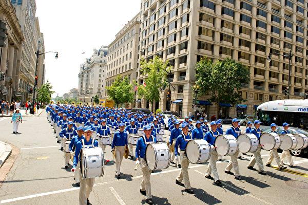 纽约天国乐团十年辉煌历程。纽约天国乐团2010年7月23日,参加美国首都华盛顿DC法轮功纪念7.20解体中共结束迫害大游行。(戴兵/大纪元)