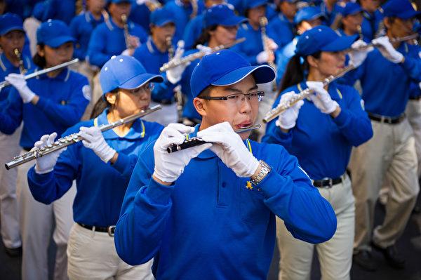 纽约天国乐团十年辉煌历程。纽约天国乐团2010年9月4日,参加美国纽约曼哈顿中国城法轮功解体中共结束迫害大游行。(戴兵/大纪元)
