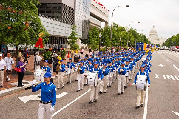 纽约天国乐团十年辉煌历程。纽约天国乐团2011年7月15日,参加美国首都华盛顿DC法轮功纪念7.20解体中共结束迫害大游行。(戴兵/大纪元)