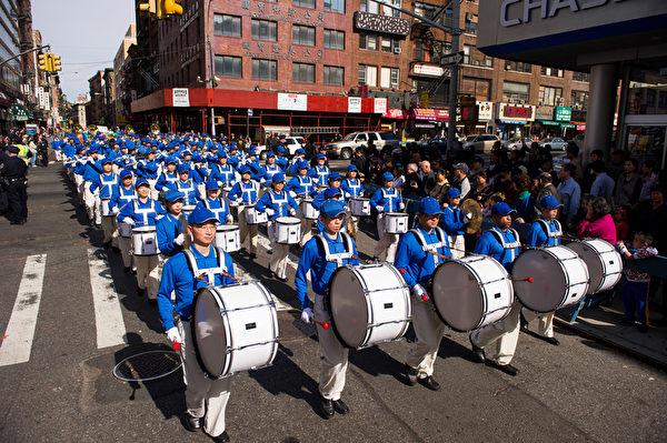 纽约天国乐团十年辉煌历程。纽约天国乐团2011年10月16日,参加纽约曼哈顿中国城法轮功解体中共结束迫害大游行。(戴兵/大纪元)