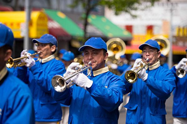 纽约天国乐团十年辉煌历程。纽约天国乐团2012年4月28日,参加纽约法拉盛法轮功解体中共结束迫害大游行。(戴兵/大纪元)