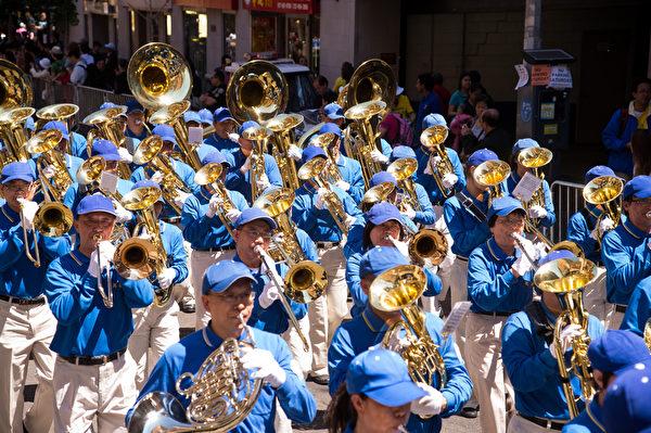 纽约天国乐团十年辉煌历程。纽约天国乐团2012年5月12日,参加纽约曼哈顿中国城法轮功解体中共结束迫害大游行。(戴兵/大纪元)