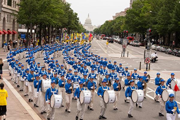 纽约天国乐团十年辉煌历程。纽约天国乐团2012年7月13日,参加美国首都华盛顿DC法轮功纪念7.20解体中共结束迫害大游行。(戴兵/大纪元)