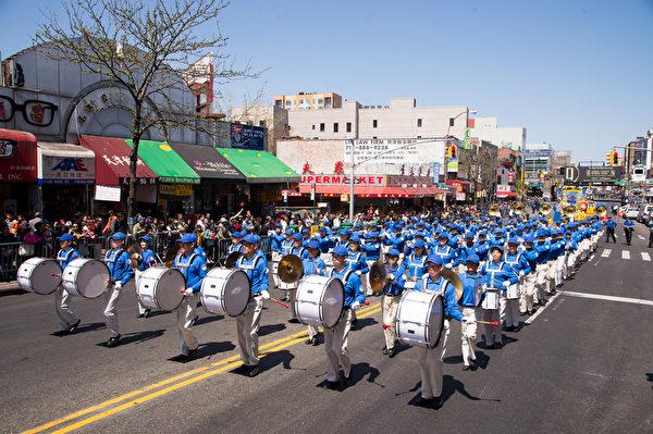 纽约天国乐团十年辉煌历程。纽约天国乐团2013年4月27日,参加纽约法拉盛法轮功解体中共结束迫害大游行。(戴兵/大纪元)