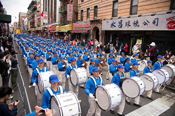 纽约天国乐团十年辉煌历程。纽约天国乐团2013年5月18日,参加纽约曼哈顿中国城法轮功解体中共结束迫害大游行。(戴兵/大纪元)