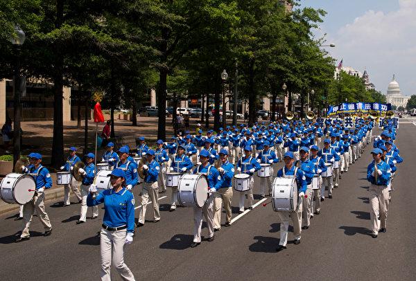 纽约天国乐团十年辉煌历程。纽约天国乐团2013年7月18日,参加美国首都华盛顿DC法轮功纪念7.20解体中共结束迫害大游行。(戴兵/大纪元)