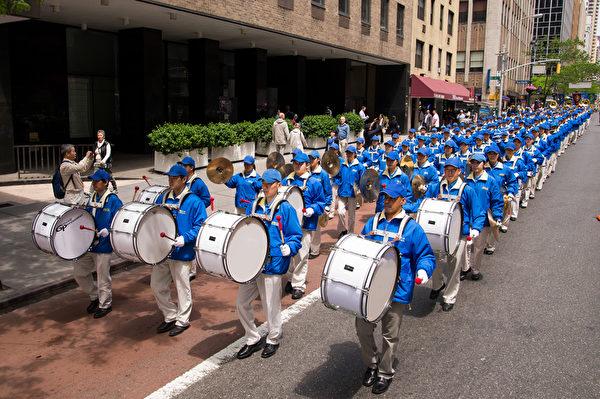 纽约天国乐团十年辉煌历程。纽约天国乐团2014年5月14日,参加纽约曼哈顿法轮功解体中共结束迫害大游行。(戴兵/大纪元)