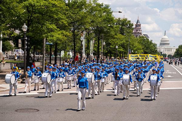 纽约天国乐团十年辉煌历程。纽约天国乐团2014年7月17日,参加美国首都华盛顿DC法轮功纪念7.20解体中共结束迫害大游行。(戴兵/大纪元)