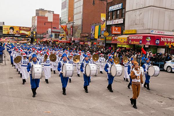 纽约天国乐团十年辉煌历程。纽约天国乐团2015年2月21日参加纽约法拉盛庆祝中国新年大游行。(戴兵/大纪元)
