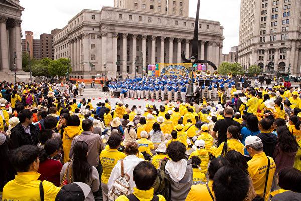 纽约天国乐团十年辉煌历程。纽约天国乐团2015年5月13日在纽约联邦广场参加庆祝世界法轮大法日演出。(戴兵/大纪元)