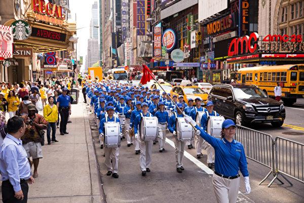 纽约天国乐团十年辉煌历程。纽约天国乐团2015年5月15日在纽约42街时代广场游行。(戴兵/大纪元)