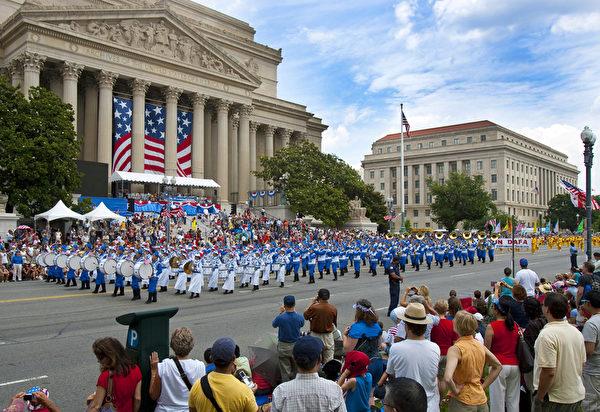 纽约天国乐团十年辉煌历程。纽约天国乐团2009年7月4日,参加美国首都华盛顿DC庆祝美国国庆大游行。(爱德华/大纪元)