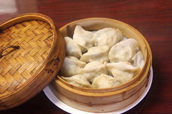 图:手工蒸饺。(王百合/大纪元)