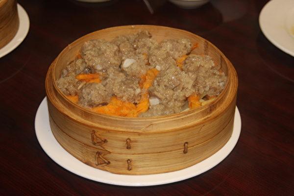 图:每天生蒸的粉蒸小排骨,滋糯又入味,配搭健康的红薯和南瓜。(王百合/大纪元)