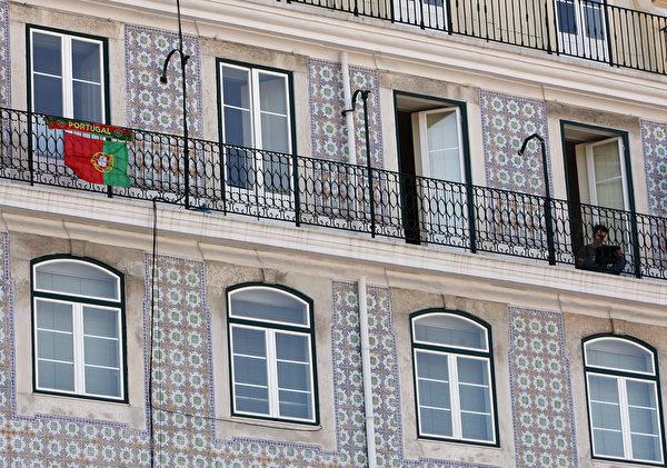 葡萄牙里斯本市中心建筑物的磁砖彩绘。(FRANCISCO LEONG/AFP)
