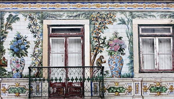 葡萄牙里斯本市中心建筑物的立体磁砖彩绘。(FRANCISCO LEONG/AFP)