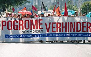 组图:德国德勒斯登示威 张开双臂欢迎难民