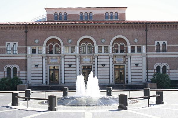 莱斯大学政治系所在的Baker Hall外景。(陈梅/大纪元)