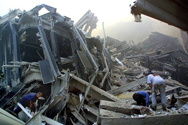 2001年9月11日,救難人員在事故現場進行救援(DOUG KANTER / AFP ImageForum)