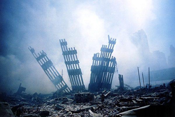 2001年9月11日,大樓倒塌後僅剩的斷垣殘壁(ALEXANDRE FUCHS / AFP ImageForum)