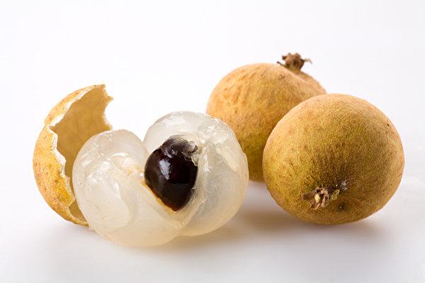 露之前的龙眼个个大颗,核小甜味口感好,所以白露吃龙眼是再好不过的。(Fotolia)