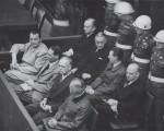 纽伦堡审判中,助纣为虐的纳粹战犯在听审。(维基百科)