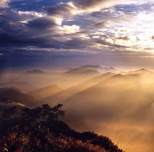 嘉义阿里山隙顶暮色。(吕菊蓉/台湾观光局提供)