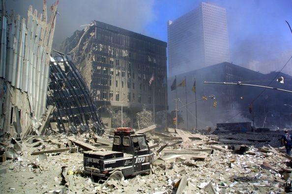 2001年9月11日,救難人員在事故現場進行救援。(DOUG KANTER/AFP)