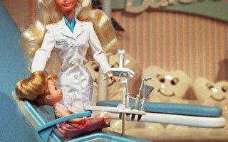 """全球最大的玩具商美泰(Mattel)将于今年11月推出一款新芭比,叫""""Hello Barbie"""",不仅能记录对话还能和小孩谈心。(JON LEVY/AFP/Getty Images)"""