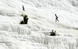 土耳其帕穆嘉麗棉花堡是大自然製造的奇蹟恩賜。(MUSTAFA OZER/AFP)