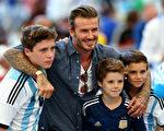 大卫·贝克汉姆与三个儿子——长子布鲁克林(左)、三子克鲁兹(中)和次子罗米欧(右)。(Michael Steele/Getty Images)