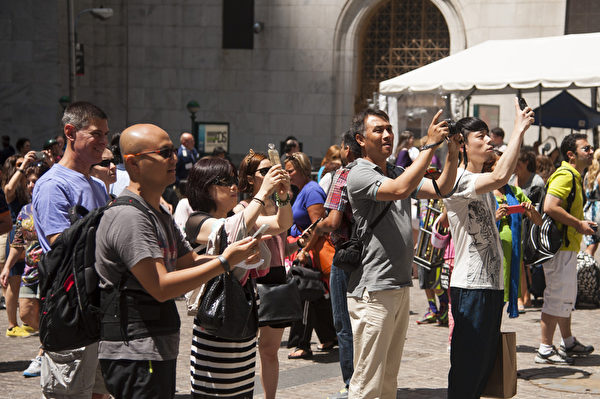 紐約中國遊客和夏令營的學生(戴兵/大紀元)
