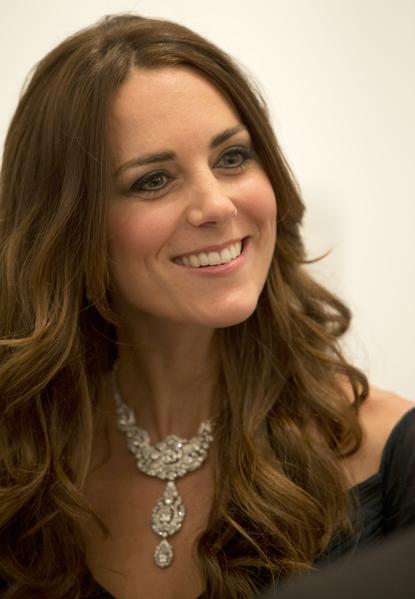 2014年2月11日,凱特王妃佩戴女王的Cartier鑽石項鍊參加倫敦當地的慈善活動。(Alastair Grant-WPA Pool/Getty Images)