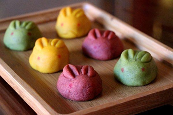 玉兔月饼造型圆润可爱,每组有金枣、柚子、抹茶红豆三种口味。(传艺中心提供)