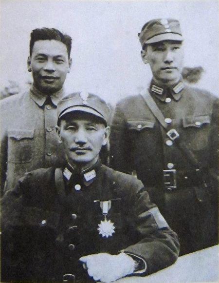 蒋氏三父子合照,由左至右为蒋经国、蒋中正、蒋纬国。(钟元翻摄/大纪元)