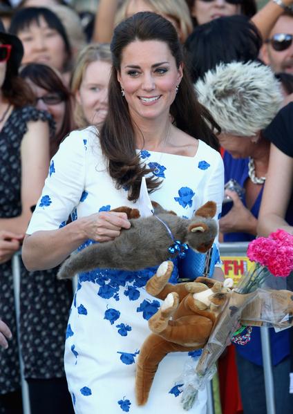 2014年4月19日,凱特王妃在澳大利亞布里斯班收到民眾給喬治王子的很多禮物(Chris Jackson/Getty Images)