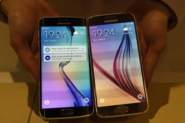 图右为Samsung Galaxy S6。(LLUIS GENE/AFP/Getty Images)