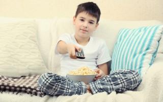 男孩看電視(fotolia)